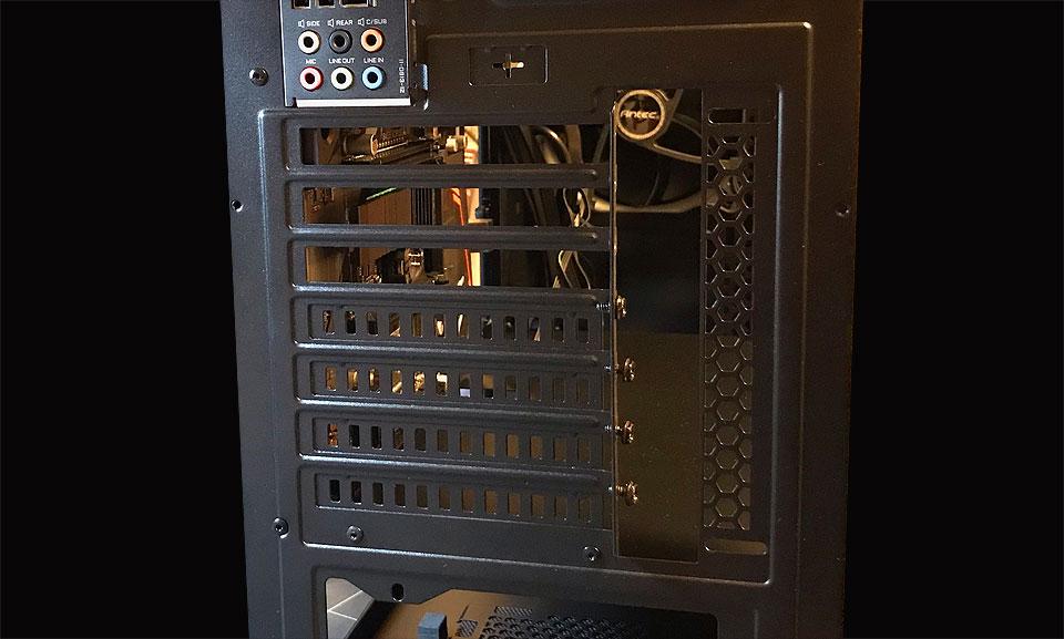 PCIカード2枚分を空けた背面パネル