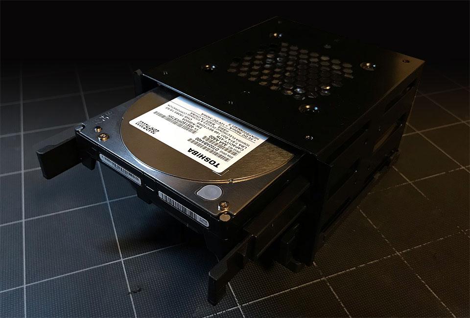 3.5インチベイにHDDを挿入